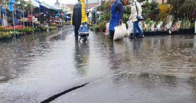 În Baia Mare, ploaia torențială a inundat parțial Piața Izvoarele. Canalizarea nu a mai făcut față, clienții au făcut slalom printre bălți
